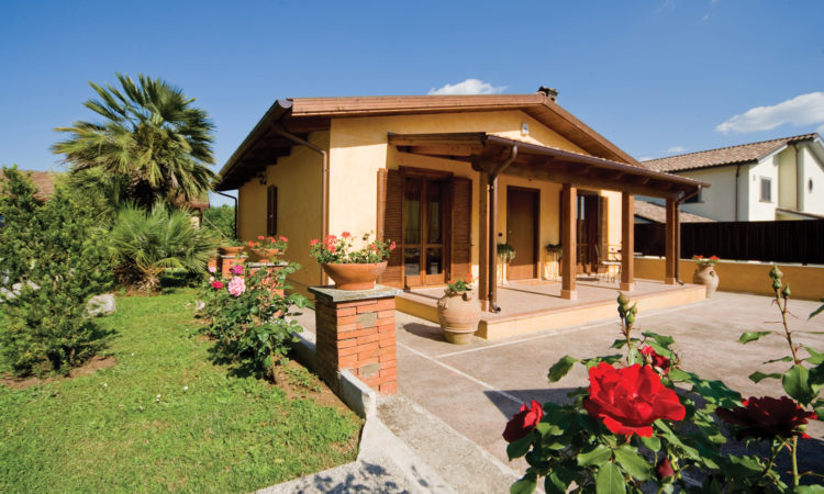 Abitazione prefabbricata con tettoia in legno