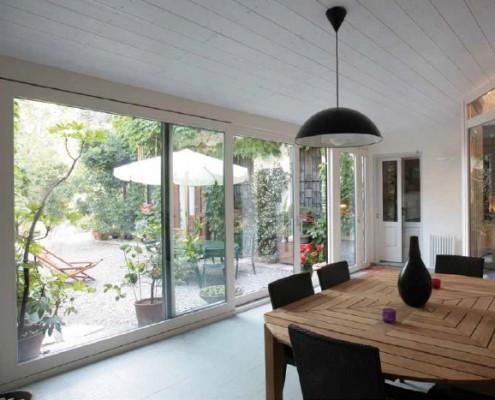 Finestra panoramica scorrevole in PVC bianca effetto legno
