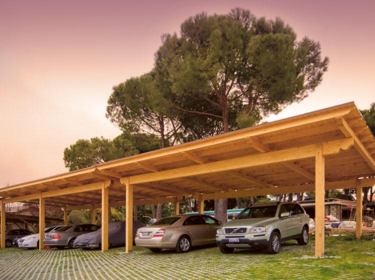 Tettoia in legno su misura per autoveicoli